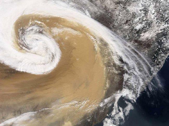 Naučnici su dugo poznato da prašina može prijeći Atlantski ocean iz Afrike u Ameriku - ali isto tako može eksplodirati preko Pacifika iz Azije u Ameriku. Na katu je ciklona, koji u aprilu 2001. godine podigli oluju u Kini, koja je kasnije došao u Maryland. (NASA)