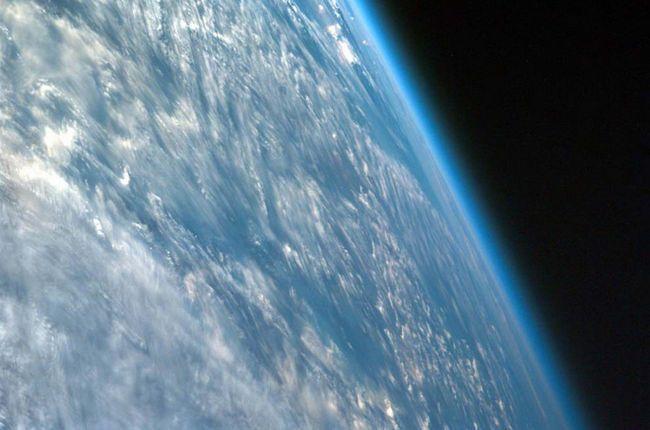 Priznata od strane službene znanosti odvaja zemaljske i kosmičke atmosfera bend Karma linija i oko 62 km od površine naše planete. Iznad: Ova slika uzeti pod vrlo kosim uglom preko Afrike, pokazuje Zemljinu atmosferu. (JPL / UCSD / DD / NASA).