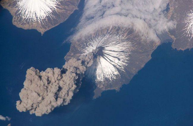 Na površini Zemlje oko 540 vulkana poznata čovječanstvu. Naučnici ne znaju koliko je pod vodama mora i okeana. U ovom trenutku, svijet je izbacivao oko 20 vulkana. Na katu: Cleveland Vulkan na Aljasci erupcije pepela stub od 23. maja 2006. godine. (NASA).