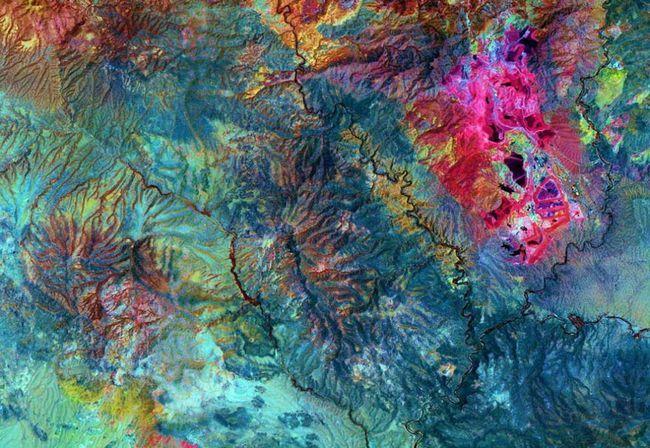Na Zemlji, oko 4000 poznatih minerala. Njih oko 200 su od posebnog značaja za ljude. Na katu: za ovaj snimak jame Rudnika bakra Morensi u jugoistočnoj Arizona infracrvene zrake su korišteni. Svijetle ružičastim područja pokazuju bakra. Sjedinjenih Američkih Država / Japan ASTER Nauka tima / NASA).