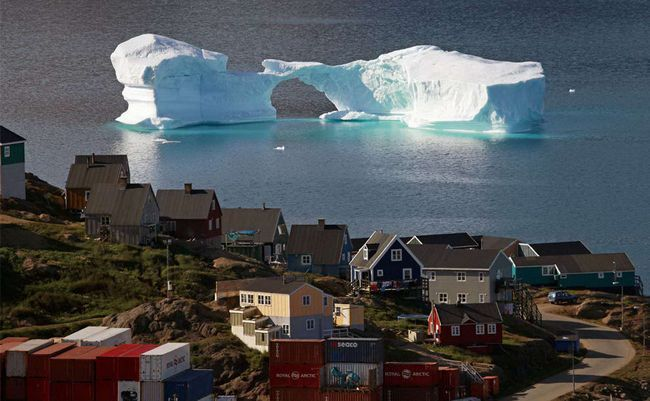 Iceberg lebdi pored grada Kulusuk, East Grenland, August 1 2009. (REUTERS / Bob Strong)