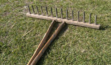 Fotografie drevený záhradný hrable, wikimedia.org