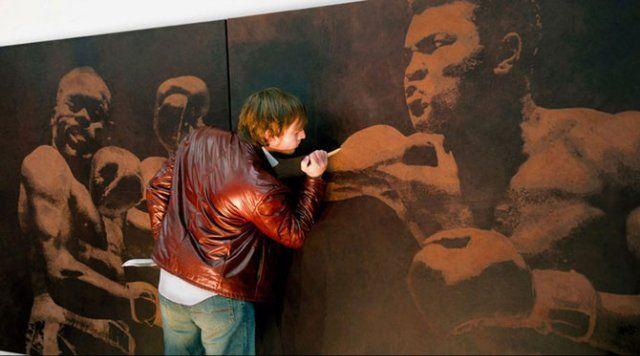 Mark Evans (Mark Evans) stvara slika ih rezanje nožem na veliki komad kože.