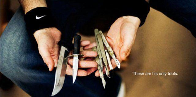 Mark Evans (Mark Evans) stvara slika, njih rezanje uz pomoć noža na ogroman komad kože.