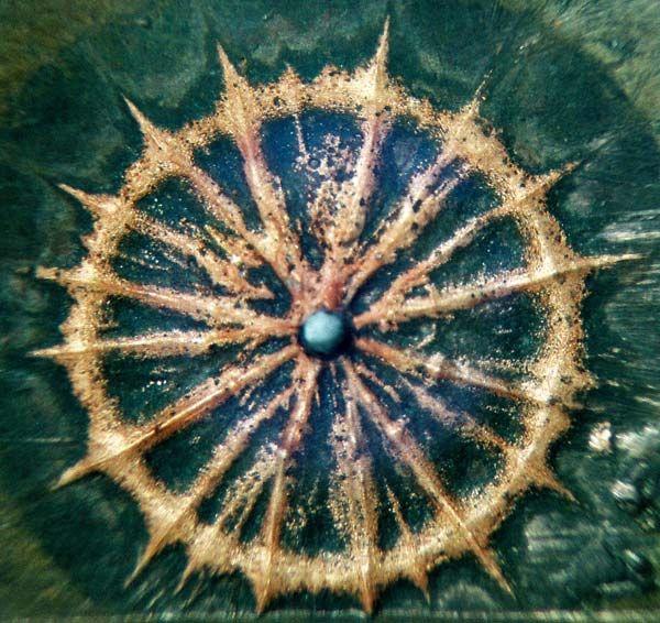 """""""Autograph"""" silný elektronový paprsek doleva na povrchu měděné anody silnoproudých urychlovače elektronů"""