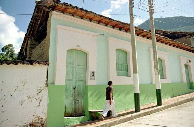 Adobe rodnom gradu El Cocuy (nalazi se na visini od 2.74 km), uniformno obojeni u svijetlo zelenu boju.