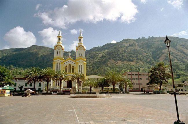 Crkva fasada otvaranja na gradskom trgu u Boavita, obojen u tropskim bojama svijetle.