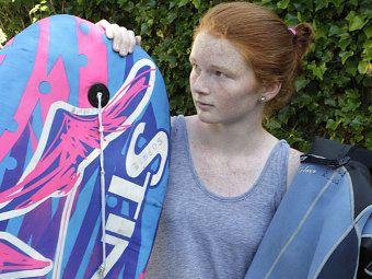 Novi Zeland devojka je odbijen od ajkula odbora za Bodyboarding