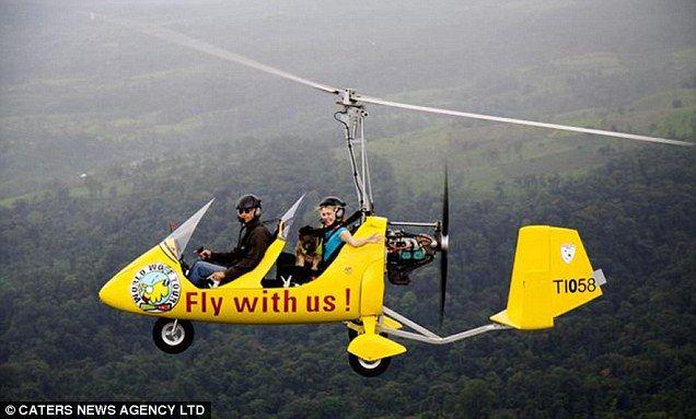 Oscar hosteska létat nad Kostarikou v jasném vrtulníku