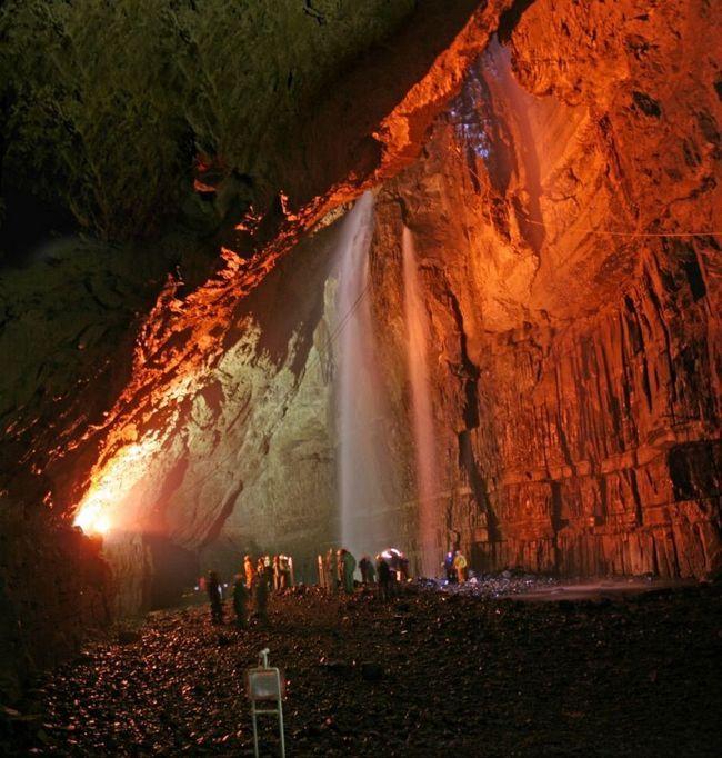 Jeskyně zející Gill, Anglie