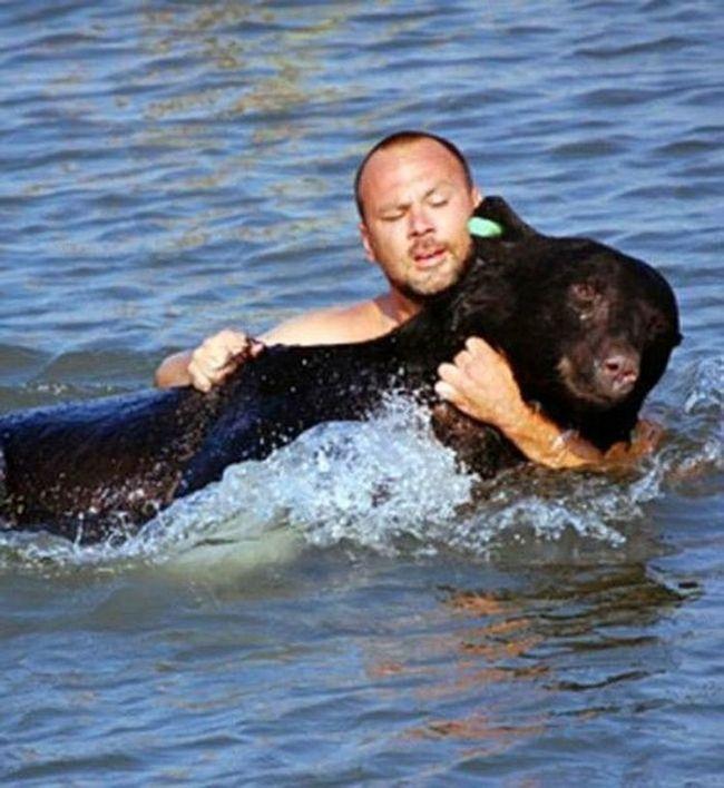 Policajac je rizikovao svoj život za utapanje američki medvjed