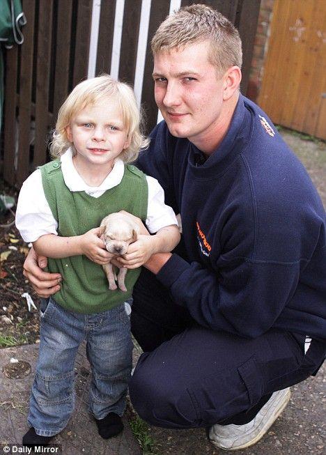 4-godišnji Daniel Blair, koji je prikazan sa inženjer Dyno-Rod i Dyno štene slučajno ispralo u WC školjku, nakon pokušaja da ga operem.