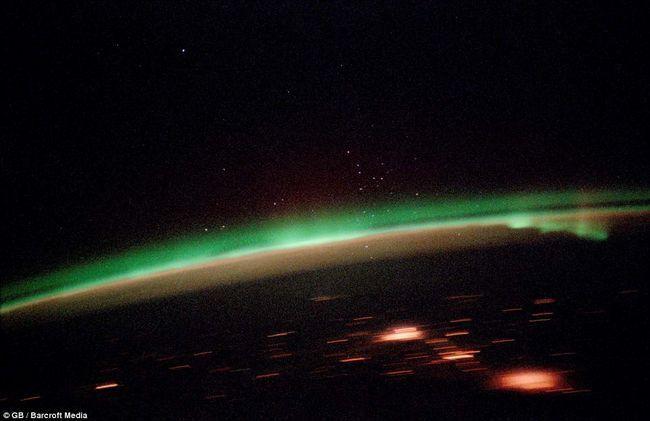 Svetla se generiraju reakcijom na nabijene čestice s magnetno polje, sudar atoma u gornjim slojevima atmosfere