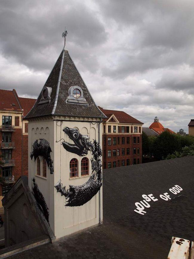 Slika razorene zmija na vrhuncu zgrade u jednom evropskom gradu.