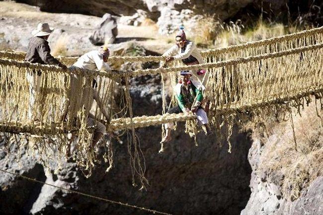 Výstavba Qeswachaka visutý most v jižní provincii Canas, Cuzco, 10-13 června 2010.