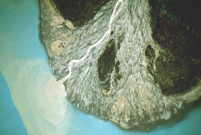 Konusa raspao stijena u podnožju padine u nacionalnom parku, Wrangell-Saint Elias na Aljasci. (Frans Lanting)