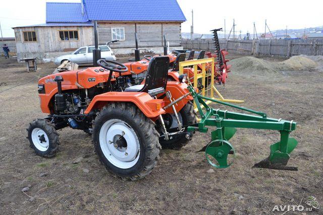 Traktor sa plug