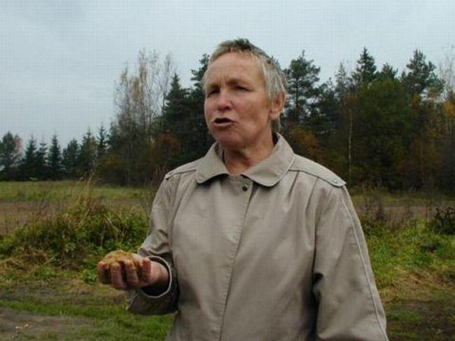 Stanovnik sela Gomalyay Telšjaj četvrti Stanislava Monstvilene jede pijesak.